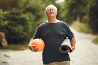 Señor haciendo ejercicio en el parque